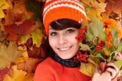 Muchacha en hojas anaranjadas del otoño. Foto de archivo libre de regalías