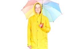 Muchacha en impermeable amarillo Imagenes de archivo