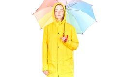 Muchacha en impermeable amarillo Fotografía de archivo