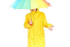 Muchacha en impermeable amarillo Foto de archivo