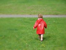 Muchacha en impermeable rojo fotos de archivo