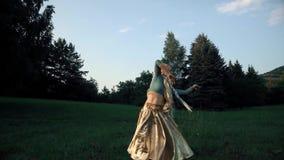 Muchacha en indio del baile del traje metrajes