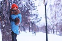 Muchacha en invierno cerca del árbol Fotos de archivo libres de regalías