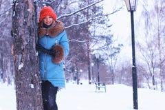 Muchacha en invierno cerca del árbol Foto de archivo
