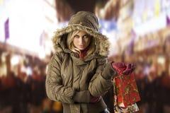 Muchacha en invierno de la chaqueta con el bolso de compras Imagen de archivo