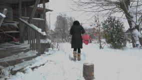 Muchacha en invierno fuera de la casa almacen de metraje de vídeo
