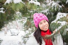 Muchacha en invierno que nieva Fotografía de archivo libre de regalías
