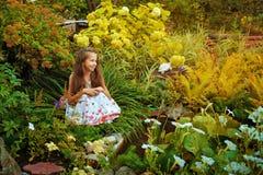 Muchacha en jardín Foto de archivo