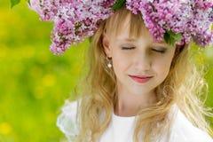 Muchacha en jardín de la lila Fotografía de archivo libre de regalías