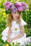 Muchacha en jardín de la lila Foto de archivo