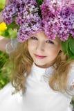 Muchacha en jardín de la lila Imagen de archivo libre de regalías