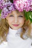 Muchacha en jardín de la lila Fotografía de archivo