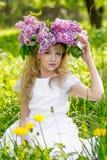 Muchacha en jardín de la lila Imagen de archivo