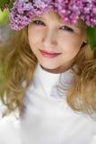 Muchacha en jardín de la lila Imagenes de archivo