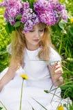 Muchacha en jardín de la lila Fotos de archivo libres de regalías