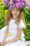 Muchacha en jardín de la lila Imágenes de archivo libres de regalías