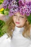 Muchacha en jardín de la lila Foto de archivo libre de regalías