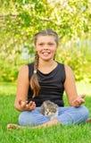 Muchacha en la actitud del loto y del gatito Fotos de archivo libres de regalías