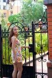 Muchacha en la alineada del verano - recepción a mi casa Imágenes de archivo libres de regalías