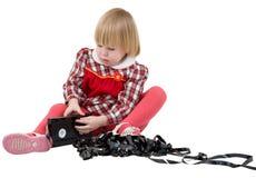 Muchacha en la alineada roja con la cinta de video Imágenes de archivo libres de regalías