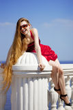 Muchacha en la alineada roja en la playa Imágenes de archivo libres de regalías