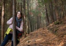 Muchacha en la aventura del bosque, viaje, turismo, alza foto de archivo