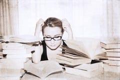 muchacha en la biblioteca Fotografía de archivo libre de regalías