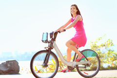 Muchacha en la bici biking en parque de la ciudad Fotos de archivo libres de regalías