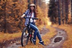 Muchacha en la bici en el bosque Fotos de archivo libres de regalías