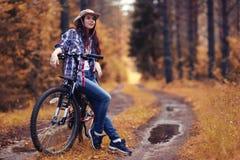 Muchacha en la bici en el bosque Imagen de archivo libre de regalías