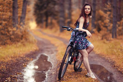 Muchacha en la bici en el bosque Fotografía de archivo libre de regalías