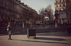 Muchacha en la calle en París, Francia Imágenes de archivo libres de regalías