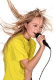 Muchacha en la camisa amarilla que canta Imagenes de archivo