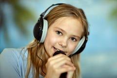 Muchacha en la camisa azul que canta Imágenes de archivo libres de regalías