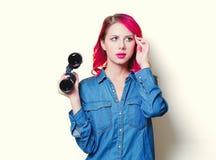 Muchacha en la camisa azul sosteniendo los prismáticos foto de archivo libre de regalías