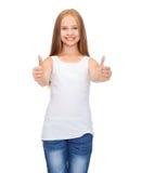 Muchacha en la camisa blanca en blanco que muestra los pulgares para arriba Fotografía de archivo libre de regalías