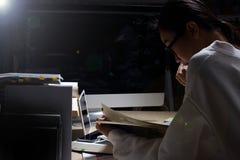 Muchacha en la camisa blanca que lee muchos libros de texto en la tabla con muchos hola Imagen de archivo libre de regalías