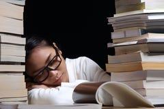 Muchacha en la camisa blanca que lee muchos libros de texto en la tabla con muchos hola fotos de archivo