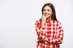 Muchacha en la camisa del control que presenta con la mano derecha en mejilla Fotografía de archivo