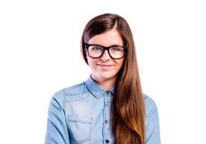 Muchacha en la camisa y las lentes negras, tiro del dril de algodón del estudio Foto de archivo