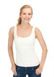 Muchacha en la camiseta blanca en blanco que muestra la muestra de la victoria Fotografía de archivo libre de regalías