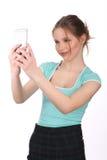 Muchacha en la camiseta y la falda que toman el selfie Cierre para arriba Fondo blanco Foto de archivo libre de regalías