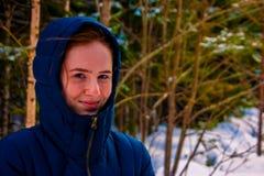 Muchacha en la capilla en invierno fotografía de archivo