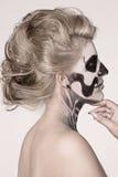 Muchacha en la cara del esqueleto Imagen de archivo libre de regalías