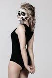 Muchacha en la cara del esqueleto Imagen de archivo