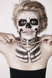 Muchacha en la cara del esqueleto Imagenes de archivo
