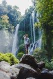 Muchacha en la cascada Imagen de archivo libre de regalías