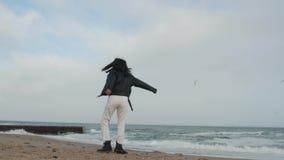 Muchacha en la chaqueta de cuero y las gafas de sol que hacen girar en el fondo del mar almacen de metraje de vídeo