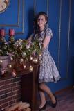 Muchacha en la chimenea en la Navidad Imagen de archivo