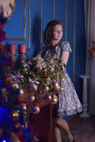 Muchacha en la chimenea en la Navidad Foto de archivo libre de regalías